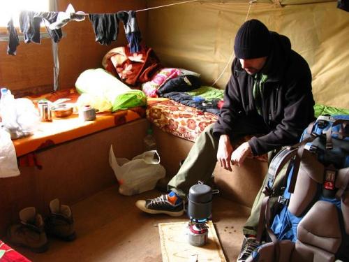 суровый непальский лодж.в этом - к фанере изнутри прибита упаковочная ткань.так теплее